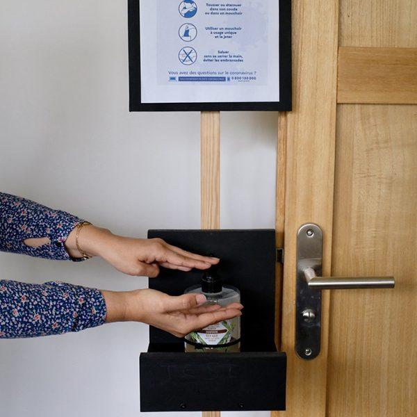 Photo d un porte gel hydroalcoolique 3 en 1 : porte gel, support affiche et bloc porte