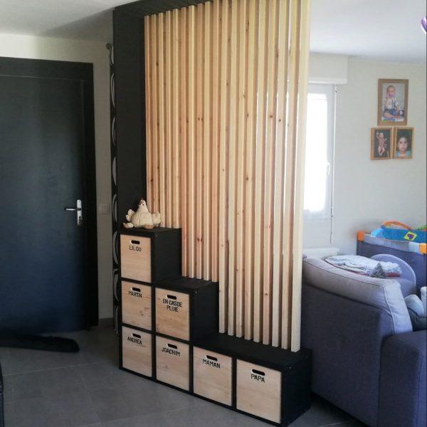 Photo d'un meuble de séparation d'entrée, range chaussures et banc
