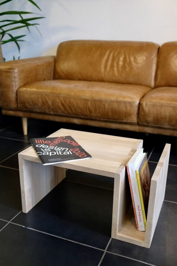 Table basse porte revue en bois.