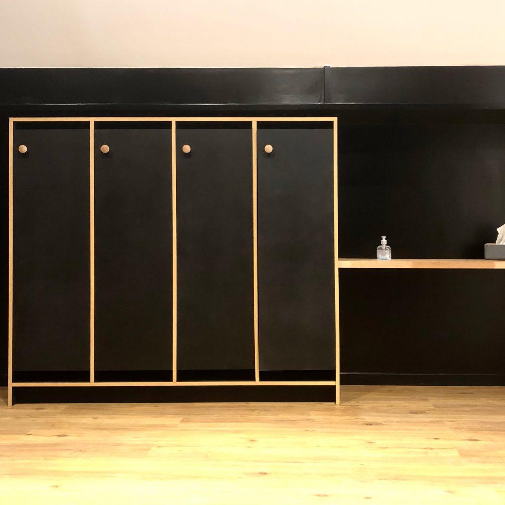4 vestiaires en bois noir mat avec une table en hêtre, poignée et tour des vestiaire en bois