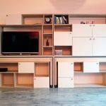 Bibliothèque 4 en 1: Bibliothèque, meuble télé, table bureau ou couture, table à manger, en bois bouleau de Finlande (contreplaqué) et en bois peint blanc pour les portes. meuble vu de face