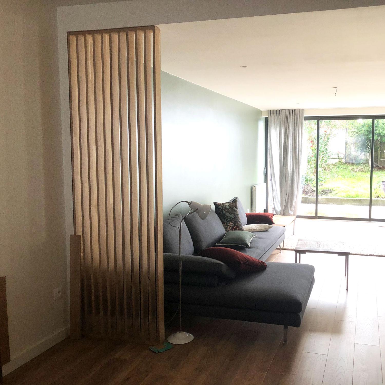 Claustra de séparation de pièce entre la cuisine et le salon en bois massif chêne lamellé collé tout hauteur