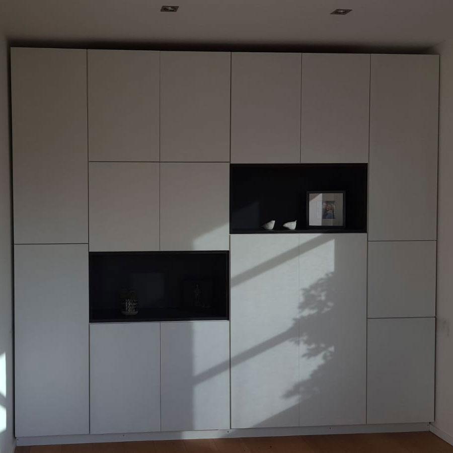 Placard blanc avec porte push up en applique et 2 niches noires sur mesure sur tout le mur