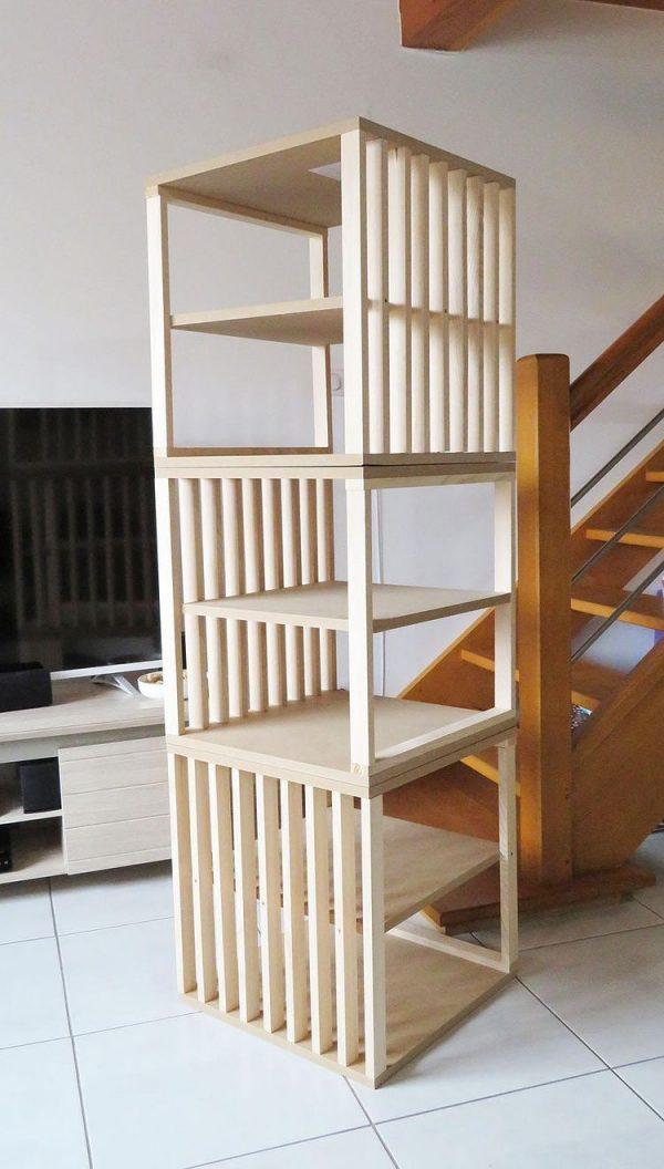 Etagère en bois constituée de plusieurs blocs superposés. Chaque cube est en bois avec des planches intermédiaires et des tasseaux en sapin pour fermer une face par cube.