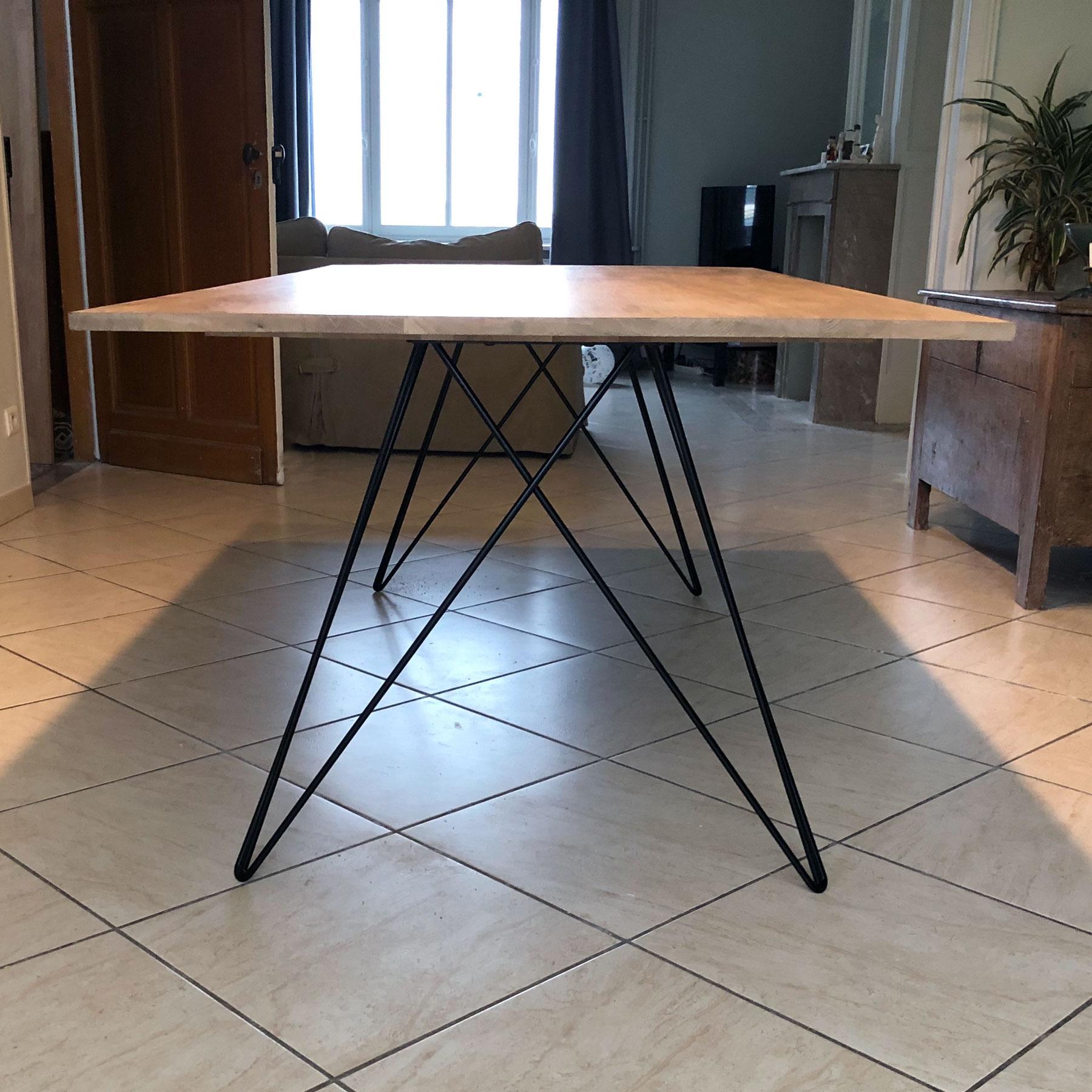 Table à manger en bois massif brute avec pieds en épingle renforcées métallique noirs.