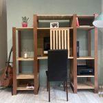 Photo d'un bureau sur mesure en bois avec porte coulissante