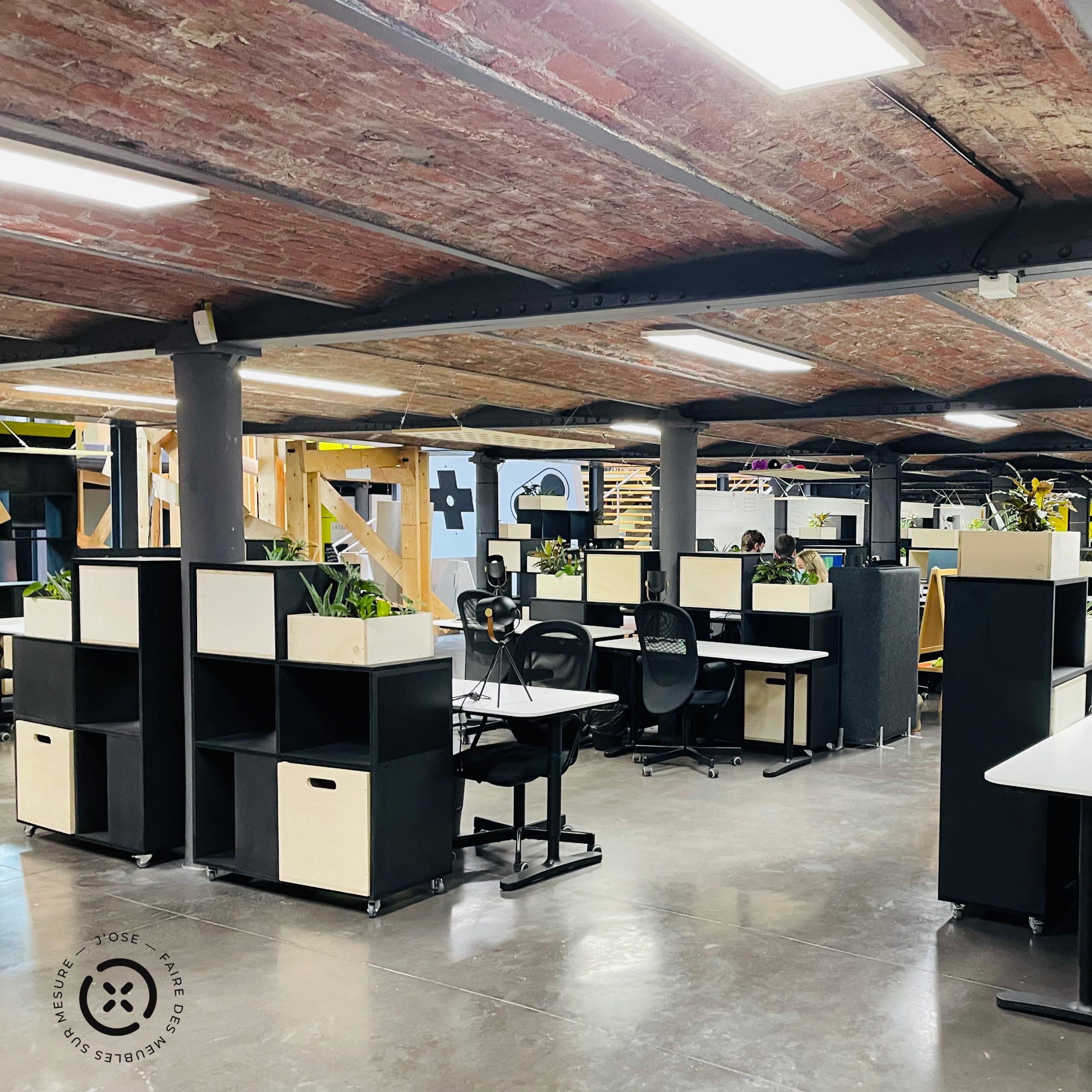 Aménagement d'un open space de 60 bureaux, création d'ilot avec des étagères de séparation mobile sur roulettes, noir avec des box en peuplier avec des plantes et des tabourets